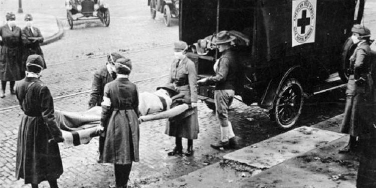 Μέλη του Ερυθρού Σταυρού στις ΗΠΑ, στο Μισούρι του 1918, μεταφέρουν άνδρα που πέθανε από ισπανική γρίπη (φωτ.: wikimedia commons/St. Louis Post Dispatch)