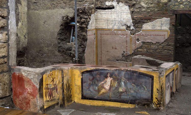 Στο «Θερμοπωλείο» βρέθηκαν εξαιρετικά καλά διατηρημένες τοιχογραφίες που περιγράφουν τα προς πώληση γεύματα (φωτ.: EPA/ Parco Archeologico di Pompei/ HANDOUT)