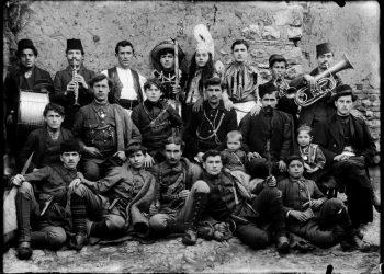 Φωτογραφία των αδερφών Λεωνίδα και Παντελή Παπάζογλου που περιλαμβάνονται στο λεύκωμα «Η Καστοριά του χθες, η Καστοριά του σήμερα» (πηγή: Μουσείο Φωτογραφίας Θεσσαλονίκης)