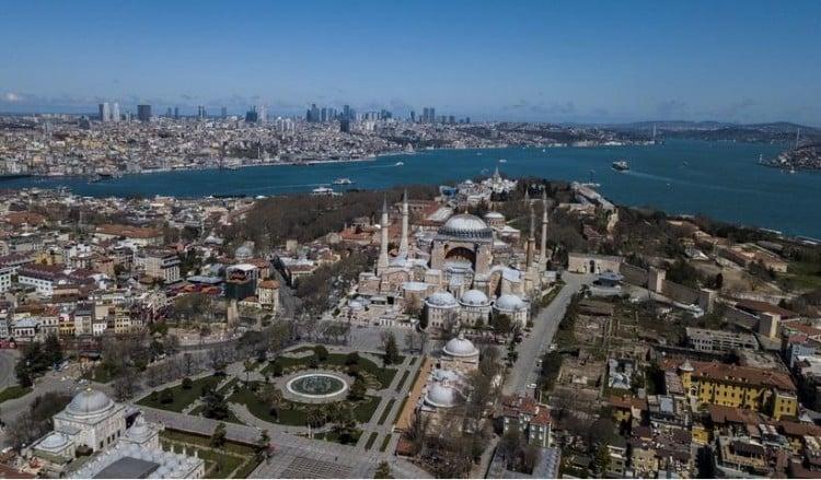Πανοραμική εικόνα της Κωνσταντινούπολης με την Αγια-Σοφιά να δεσπόζει και πίσω τον Βόσπορο (φωτ.: EPA / Tolga Bozoğlu)