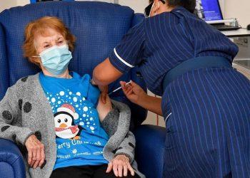Η 90χρονη Μάργκαρετ Κίναν έγινε η πρώτη που εμβολιάστηκε κατά της Covid-19 στον κόσμο (φωτ.: Jacob King / Press Association)