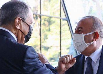 Ο Σεργκέι Λαβρόφ υποδέχεται τον Μεβλούτ Τσαβούσογλου στο Σότσι (φωτ.: EPA/RUSSIAN FOREIGN AFFAIRS MINISTRY)