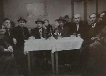 Ο Φίλων Κτενίδης (στο κέντρο με το καπέλο) στη Λέσχη Ποντίων Καβάλας το 1951 (πηγή: Facebook / Georges Charpantof)