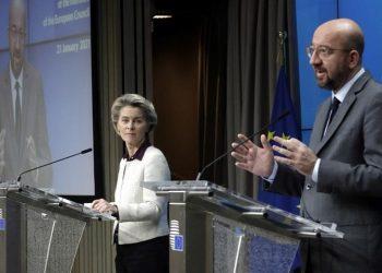 Η πρόεδρος της Κομισιόν και ο πρόεδρος του Ευρωπαϊκού Συμβουλίου κατά την κοινή συνέντευξη Τύπου μετά την τηλεδιάσκεψη των ηγετών των χωρών-μελών (φωτ.: EPA / Olivier Hoslet / Pool)