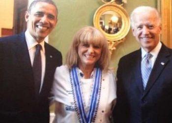 Η Μαρία Λόη ανάμεσα στον Μπαράκ Ομπάμα και στον Τζο Μπάιντεν