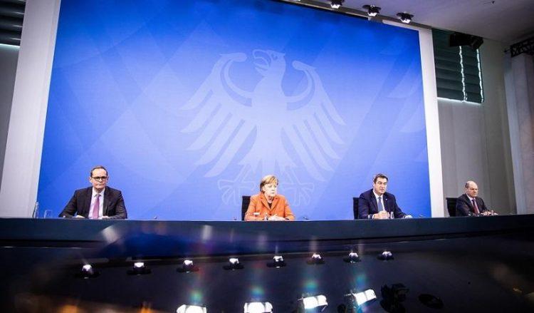 Ο δήμαρχος του Βερολίνου Μίκαελ Μιούλερ, η καγκελάριος Άνγκελα Μέρκελ, ο πρωθυπουργός της Βαυαρίας Μάρκους Σέντερ και ο υπουργός Οικονομικών και αντιπρόεδρος της Γερμανίας Όλαφ Σολτς στη συνέντευξη Τύπου για το lockdown (φωτ.: EPA / RAINER KEUENHOF/ POOL)