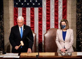 Ο απερχόμενος αντιπρόεδρος των ΗΠΑ Μάικ Πενς και ο εκπρόσωπος της Βουλής των Αντιπροσώπων Νάνσι Πελόζι στη συνεδρίαση για την επικύρωση της νίκης του Τζο Μπάιντεν (φωτ.: EPA /Erin Schaff / POOL)