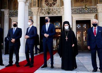 Ο πρωθυπουργός Κυριάκος Μητσοτάκης, ο περιφερειάρχης Αττικής Γιώργος Πατούλης και ο δήμαρχος Αθηναίων Κώστας Μπακογιάννης έξω από τον Μητροπολιτικό Ναό Αθηνών (φωτ.: ΑΠΕ-ΜΠΕ /Γρ. Τύπου Αρχιεπισκοπής Αθηνών / Χρήστος Μπόνης)