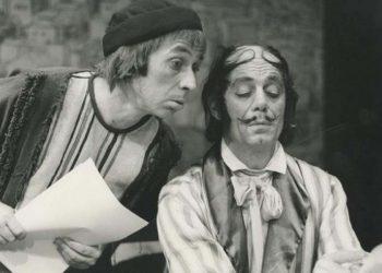 Ο Νίκος Φιλιππόπουλος (αρ.) με τον Νίκο Τζόγια στην παράσταση «Ο υπάλληλος», το 1978, στο Εθνικό Θέατρο (φωτ.: nt-archive.gr)