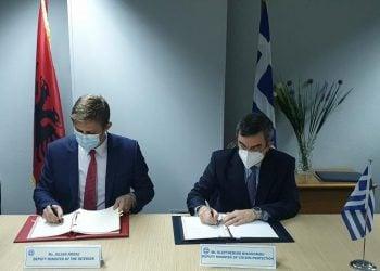 Ο Λευτέρης Οικονόμου με τον Τζούλιαν Χοντάι κατά την υπογραφή της συμφωνίας (φωτ.: υπουργείο Προστασίας του Πολίτη)