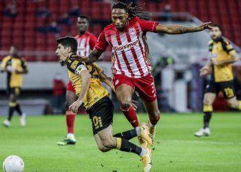 Ο παίκτης του ΟΣΦΠ Ρούμπεν Σεμέδο μάχεται για την μπάλα με τον παίκτη της ΑΕΚ Πέτρο Μάνταλο, στο «Γ. Καραϊσκάκης» στον Πειραιά (φωτ.: ΑΠΕ-ΜΠΕ / Παναγιώτης Μοσχανδρέου)