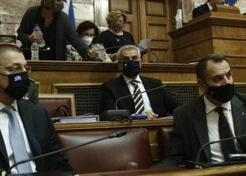 Ο Νίκος Παναγιωτόπουλος (Δ) και ο υφυπουργός Εθνικής Άμυνας Αλκιβιάδης Στεφανής (A) στη συνεδρίαση της επιτροπής Εξωτερικών και Άμυνας, για το νομοσχέδιο της αγοράς των «Ραφάλ» (φωτ.: ΑΠΕ-ΜΠΕ / Γιάννης Κολεσίδης)