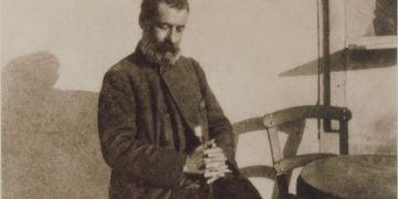 Ο Παπαδιαμάντης φωτογραφημένος από τον Παύλο Νιρβάνα, το 1906, στη Δεξαμενή της Αθήνας (φωτ.: el.wikipedia.org)