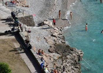 Ακατάλληλες για κολύμπι, πάνω από τις μισές παραλίες της Αν. Αττικής, σύμφωνα με ελέγχους του ΠΑΚΟΕ (φωτ.: ΑΠΕ-ΜΠΕ / Ευάγγελος Μπουγιώτης)