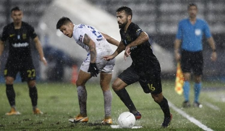 Παίκτης του ΠΑΣ Γιάννινα και ο παίκτης του ΑΡΗ διεκδικούν τη μπάλα κατά τη διάρκεια αγώνα ποδοσφαίρου στο γήπεδο «Οι Ζωσιμάδες» στα Ιωάννινα (φωτ.: ΑΠΕ-ΜΠΕ / Δημήτρης Τοσίδης)