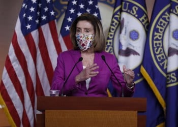 Η Νάνσι Πελόσι κάνει δηλώσεις στους δημοσιογράφους (φωτ.: EPA / Shawn Thew)