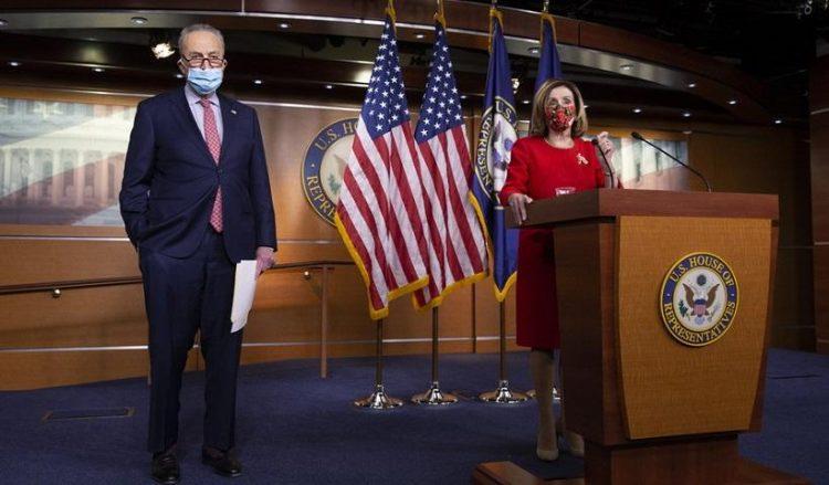 Η πρόεδρος της Βουλής των ΗΠΑ Νάνσι Πελόζι και ο επικεφαλής της μειοψηφίας της Γερουσίας Τσακ Σούμερ στη συνέντευξη Τύπου, στο Καπιτώλιο (φωτ.: EPA/MICHAEL REYNOLDS)
