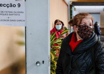 Ψηφοφόροι περιμένουν τη σειρά τους για να ασκήσουν το εκλογικό τους δικαίωμα στις προεδρικές εκλογές της Πορτογαλίας που διεξάγονται σήμερα (φωτ.: EPA/ANTONIO COTRIM)