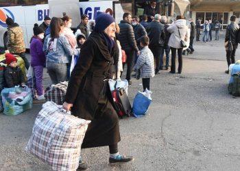 Αρμένιοι πρόσφυγες από χωριά του Ναγκόρνο Καραμπάχ επιβιβάζονται σε λεωφορεία με προορισμό την πρωτεύουσα Στεπανακέρτ (φωτ.: EPA / Melik Baghdasaryan)