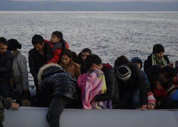 Πρόσφυγες και μετανάστες που αποβιβάστηκαν σε παραλία της Λέσβου (φωτ.: ΑΠΕ-ΜΠΕ / Στρατής Μπαλάσκας)