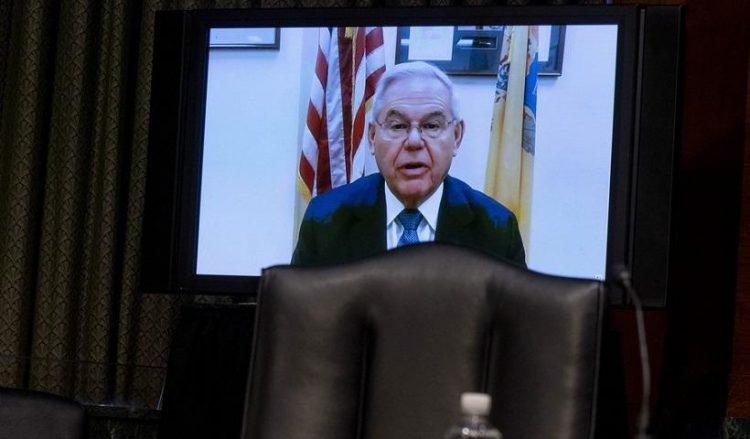 Ο γερουσιαστής Ρόμπερτ Μενέντεζ μιλώντας στην Επιτροπή Εξωτερικών Υποθέσεων της Γερουσίας, σήμερα (φωτ.: EPA/Andrew Harnik / POOL)