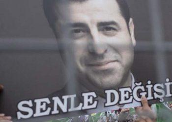 Υποστηρικτές του φυλακισμένου πολιτικού Σελαχατίν Ντεμιρτάς, πρώην συμπροέδρου του HDP, ζητούν την αποφυλάκισή του (φωτ. αρχείου: EPA/SEDAT SUNA)