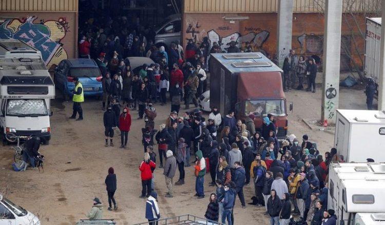 Άνδρες της καταλονικής αστυνομίας «Mossos d'Esquadra» διαλύουν το παράνομο ρέιβ πάρτι στο Λινάρ ντελ Βάλιες της Βαρκελόνης (φωτ.: EPA / Alejandro Garcia)
