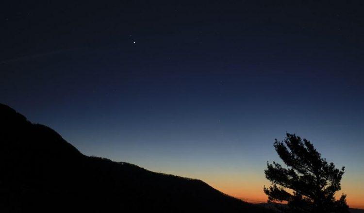 Ο Κρόνος (από πάνω) και ο Δίας όπως φαίνονταν μετά το ηλιοβασίλεμα από το Εθνικό Πάρκο Σεναντόα στη Βιρτζίνια των ΗΠΑ, στις 13 Δεκεμβρίου 2020 (φωτ.: NASA / Bill Ingalls)