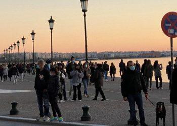 Κόσμος κάνει βόλτα στην παραλία της Θεσσαλονίκης ανήμερα της Πρωτοχρονιάς του 2021 (φωτ.: ΑΠΕ-ΜΠΕ / Νίκος Αρβανιτίδης)