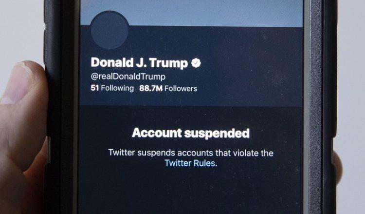Εικόνα του μπλοκαρισμένου λογαριασμού του απερχόμενου προέδρου των ΗΠΑ Ντόναλντ Τραμπ στο Twitter (φωτ.: EPA/MICHAEL REYNOLDS)