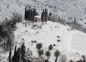 Το εκκλησάκι Όσιος Τρύφων στα Άνω Τρίκαλα Ορεινής Κορινθίας (φωτ.: ΑΠΕ-ΜΠΕ / Βασίλης Ψωμάς)