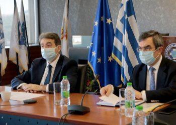 Ο υπουργός Προστασίας του Πολίτη Μιχάλης Χρυσοχοΐδης μαζί με τον υφυπουργό Λευτέρη Οικονόμου στην παρουσίαση του Εθνικού Σχεδίου Διαχείρισης Συναθροίσεων (φωτ.: ΑΠΕ-ΜΠΕ / Παντελής Σαΐτας)