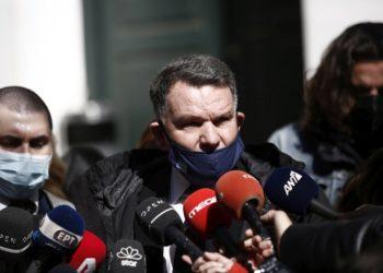 Ο Αλέξης Κούγιας, δικηγόρος του Δημήτρη Λιγνάδη, κάνει δηλώσεις στους δημοσιογράφους (φωτ.: ΑΠΕ-ΜΠΕ/Γιάννης Κολεσίδης)