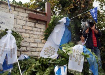 Στεφάνια στο μνημείο του στρατιωτικού νεκροταφείου στους Βουλιαράτες, στο Αργυρόκαστρο (φωτ.: ΑΠΕ-ΜΠΕ / Ηλίας Μάκος)