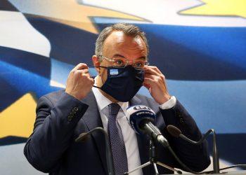 Ο υπουργός Οικονομικών Χρήστος Σταϊκούρας, σήμερα, πριν κάνει ανακοινώσεις για την ενίσχυση της οικονομίας και των πληττόμενων από την πανδημία του κορονοϊού επαγγελματιών (φωτ.: ΑΠΕ-ΜΠΕ / Ορέστης Παναγιώτου)
