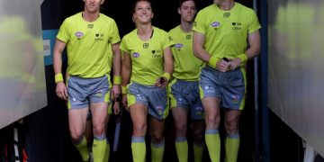 H Ελένη Γλούφτση είναι η πρώτη γυναίκα διαιτητής του AFL στην Αυστραλία (φωτ.: AAP Image/Tracey Nearmy)