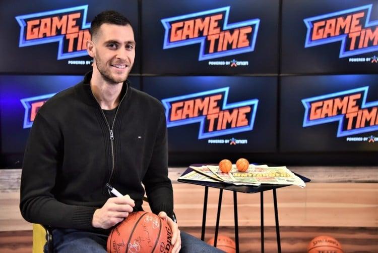 Ο Γιώργος Παπαγιάννης υπογράφει τη μπάλα του ΟΠΑΠ GAME TIME (φωτ.: opap.gr)