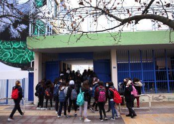Μαθητές του 2ου Πειραματικού Γυμνασίου Αθηνών μπαίνουν στο σχολείο τους, σήμερα, Δευτέρα 1 Φεβρουαρίου 2021 (φωτ.: ΑΠΕ-ΜΠΕ/ Αλέξανδρος Μπελτές)