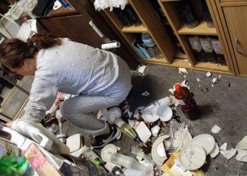 Γυναίκα καθαρίζει το δάπεδο σε εστιατόριο της Φουκουσίμα, στην Ιαπωνία, μετά τον ισχυρό σεισμό των 7,3 βαθμών της κλίμακας Ρίχτερ (φωτ.: EPA/JIJI PRESS JAPAN OUT)