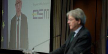 Ο Κλάους Ρέγκλινγκ, επικεφαλής του Ευρωπαϊκού Μηχανισμού Σταθερότητας (οθόνη) και ο Ευρωπαίος Επίτροπος για την Οικονομία Πάολο Τζεντιλόνι στη συνέντευξη Τύπου μετά το Eurogroup που έγινε διαδικτυακά (φωτ.: EPA/STEPHANIE LECOCQ / POOL)