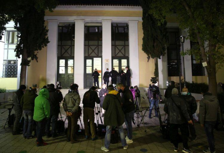 Τηλεοπτικές κάμερες και δημοσιογράφοι  έξω από το γραφείο του ανακριτή για την υπόθεση του τέως καλλιτεχνικού διευθυντή του Εθνικού Θεάτρου Δημήτρη Λιγνάδη, στα δικαστήρια της πρώην Σχολής Ευελπίδων (φωτ.: ΑΠΕ-ΜΠΕ /Αλέξανδρος Μπελτές)