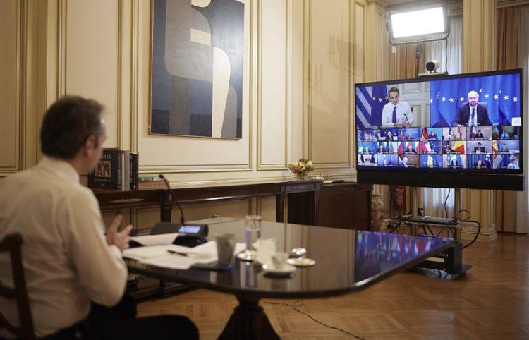 Ο πρωθυπουργός στην τηλεδιάσκεψη για την πρώτη ημέρα του Ευρωπαϊκού Συμβουλίου (φωτ.: ΑΠΕ-ΜΠΕ / Γρ. Τύπου Πρωθυπουργού/Δημήτρης Παπαμήτσος)