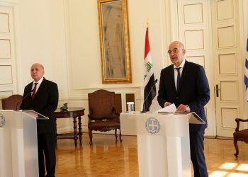 Ο υπουργός Εξωτερικών Νίκος Δένδιας και ο Ιρακινός ομόλογός του Φουάντ Χουσεΐν μετά τη συνάντησή τους στο υπουργείο Εξωτερικών (φωτ.: ΑΠΕ-ΜΠΕ / Ορέστης Παναγιώτου)