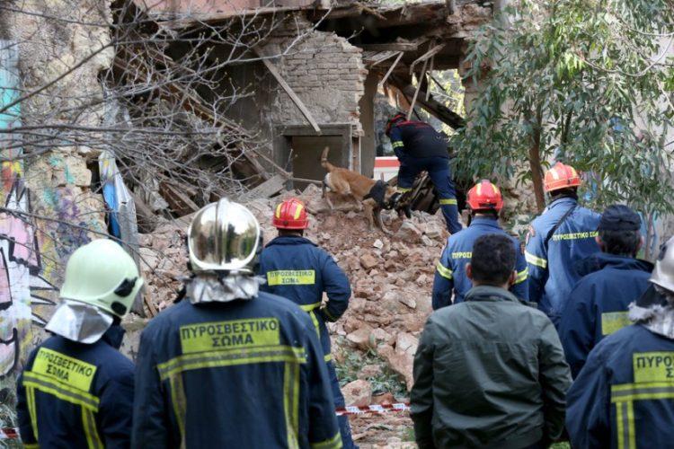 Πυροσβέστες επιχειρούν στο κτήριο που κατέρρευσε, σήμερα, στη συμβολή των οδών 28ης Οκτωβρίου και Σαρανταπόρου (ΑΠΕ-ΜΠΕ /Ορέστης Παναγιώτου)