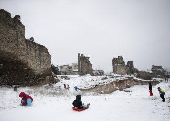 Παιχνίδια στο κάστρο του Επταπυργίου στη Θεσσαλονίκη, χθες. Μικροί και μεγάλοι χάρηκαν το χιόνι (φωτ.: ΑΠΕ-ΜΠΕ / Δημήτρης Τοσίδης)