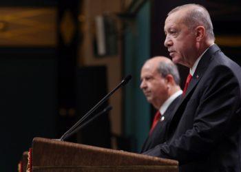 Ο Ερσίν Τατάρ σε συνέντευξη Τύπου με τον Τούρκο πρόεδρο που είναι γνωστό πως κινεί τα νήματα στα κατεχόμενα, στην Κύπρο (φωτ.: EPA / TURKISH PRESIDENT OFFICE HANDOUT)