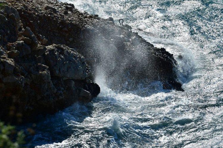 Κύματα σκάνε σε βράχο σε θαλάσσια περιοχή του Ναυπλίου (φωτ.: ΑΠΕ-ΜΠΕ / Ευάγγελος Μπουγιώτης)
