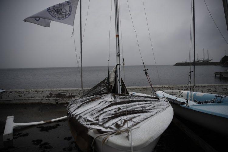 Χιονισμένα σκάφη στην πλαζ της Αρετσούς εν μέσω κακοκαιρίας, στη Θεσσαλονίκη και εν αναμονή της πλήρους εξέλιξης της «Μήδειας» (φωτ.: ΑΠΕ-ΜΠΕ/ΑΠΕ-ΜΠΕ/ΔΗΜΗΤΡΗΣ ΤΟΣΙΔΗΣ)