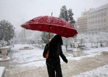 Γυναίκα περπατάει στην Πλατεία Συντάγματος, σήμερα το πρωί (φωτ.: ΑΠΕ-ΜΠΕ / Ορέστης Παναγιώτου)