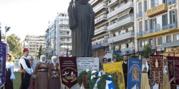 Ο ανδριάντας του Χρυσοστόμου Σμύρνης στην πλατεία Αγίας Σοφίας στη Θεσσαλονίκη (φωτ.: ΑΠΕ-ΜΠΕ / Σωτήρης Μπαρμπαρούσης)
